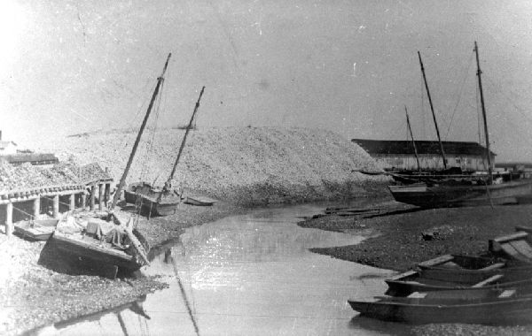E_mounds-of-shell-with-sailboats